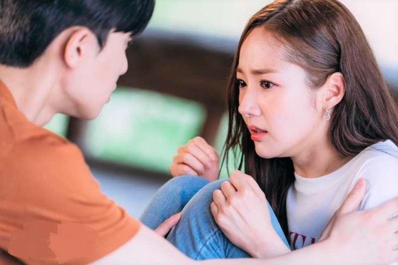 為何詐騙集團總能輕易得逞?看看他們的話術,根本是解讀人類心理的專家!(圖/tvN(티비엔)@facebook)