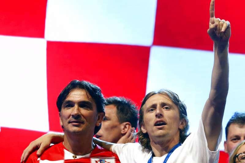 2018年7月16日,奪得世足賽亞軍的ˊ克羅埃西亞總教練達利奇(Zlatko Dalic,左)與隊長莫德里奇(Luka Modric,右)在克國首都札格瑞布慶祝球隊好表現。(AP)