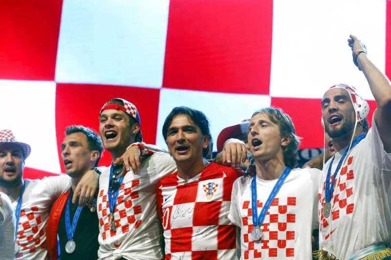 2018年7月16日,奪得世足賽亞軍的克羅埃西亞總教練達利奇(Zlatko Dalic,右三)與球員們在克國首都札格瑞布慶祝球隊好表現。(資料照,美聯社)