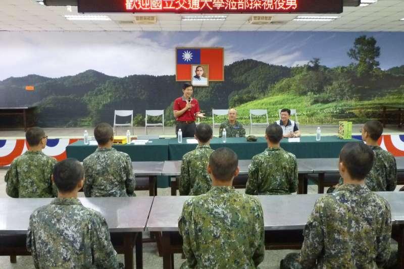 交通大學軍訓室主任王先正,前往成功嶺和關西營區慰問該校役男。(交大提供)
