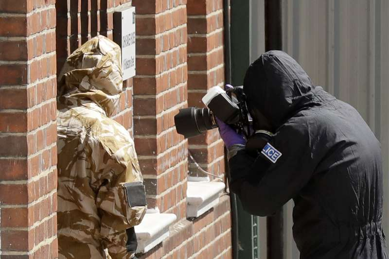 英國警方封鎖羅利位於埃姆斯伯里的住處蒐證。(美聯社)