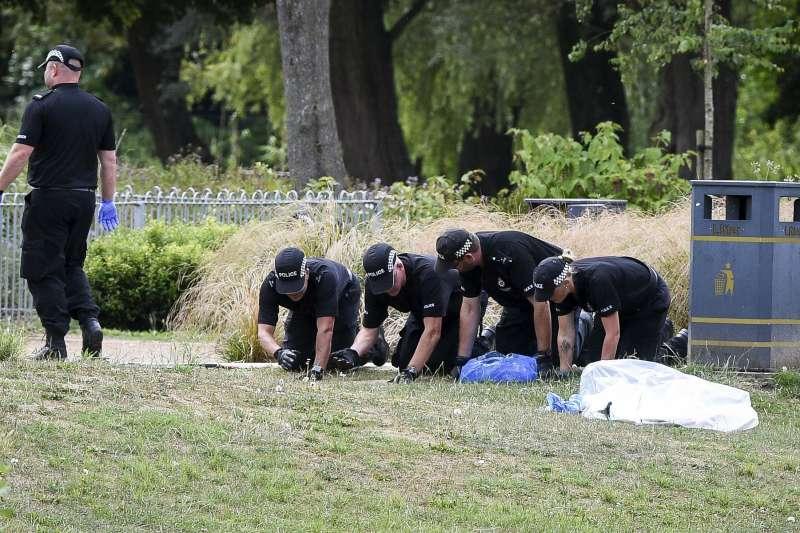 英國警方在羅利撿到香水的公園蒐證。(美聯社)