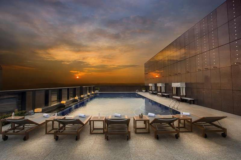 不必花錢出國,也不必南下墾丁,如今在台北,也能享受頂樓露天泳池的絕美景色與暢游快感,首推五間大台北地區享有超美泳池的飯店!(圖/HotelsCombined提供)