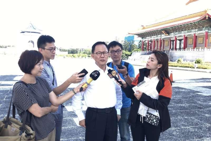 國民黨台北市長參選人丁守中下午突然赴中正紀念堂,對於潑漆事件發表意見。(丁守中辦公室提供)