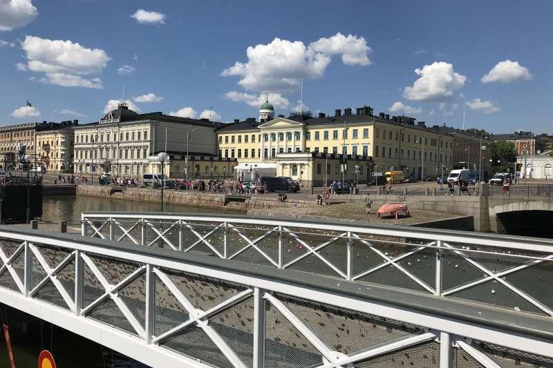 芬蘭總統府外表相當樸實,就在路旁,也沒太多的柵欄,是承辦這次雙普峰會的地點。(張經義攝)