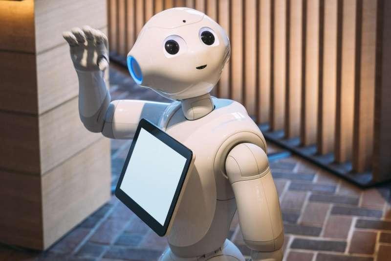 Pepper這類服務型機器人,已逐漸攻佔許多服務人力,讓許多人類店員感到相當擔憂。(圖/shutterstock,數位時代提供)