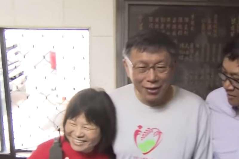 台北市長柯文哲21日上午出席「北投割稻趣」活動,屏東縣議員蔣月惠突然現身,吸引大批媒體搶拍。(取自TVBS新聞)