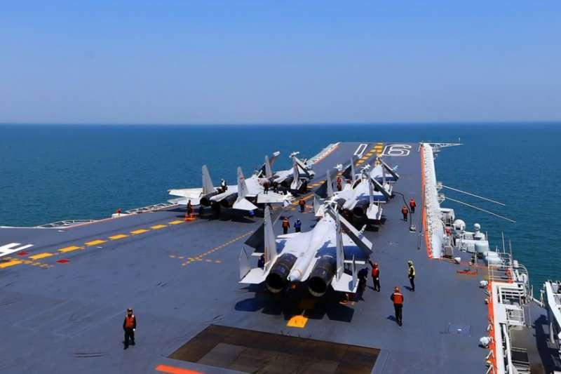 資料照:2018年4月24日,在中國唯一的航空母艦遼寧號上的殲15戰鬥機。中國海軍艦隊在東中國海舉行了「實彈演習」。(美國之音)