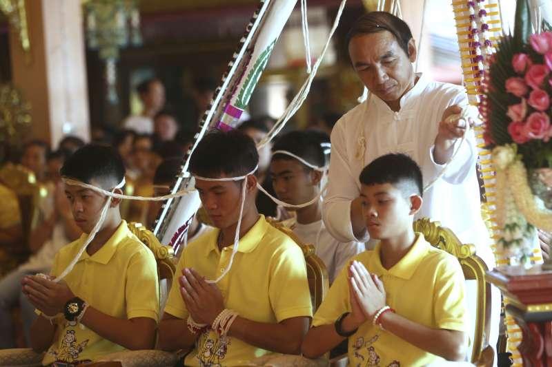 泰國北部清萊府「野豬隊」少年足球隊受困後奇蹟獲救的故事引起全球關注,多家電影製片公司有意將他們的故事搬上大螢幕(AP)