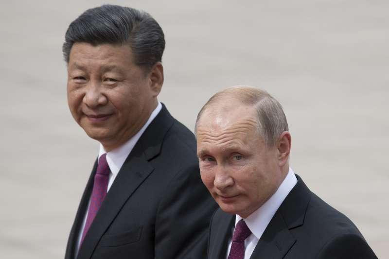 普京和習近平。美國學者指出,中國發動「新冷戰」企圖默默削弱美國勢力,美國不能將中國視為俄羅斯之外的次要威脅。(美聯社)