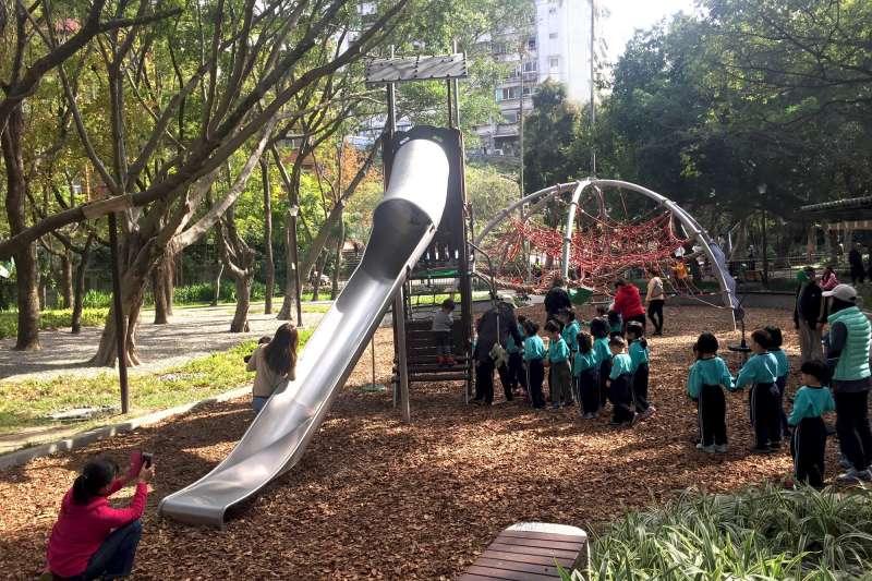 天和公園拋棄以往橡膠地墊鋪面,改採配合自然環境的木屑鋪面,攀爬架用多種組件組合,孩童可以透過自己的想像力與體能肌力,創造出屬於自己的遊戲方式和更多可能性。(取自台北市政府)