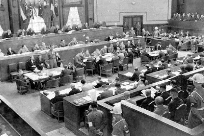 東京審判進行中的法庭會場。(維基百科)