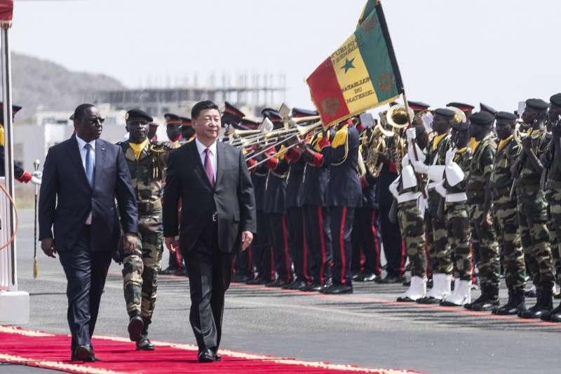 中國國家主席習近平訪問非洲,塞內加爾總統薩勒以軍禮迎接(AP)