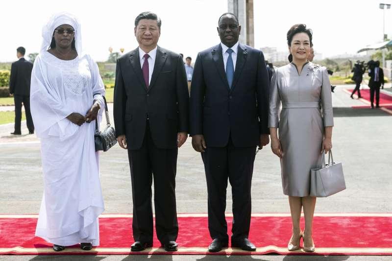 中國國家主席習近平訪問非洲,偕夫人彭麗媛與塞內加爾總統薩勒夫婦合照(AP)