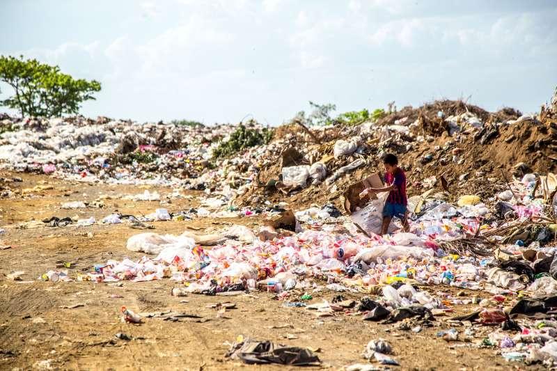 台灣廢棄物問題日益嚴重,生長在台灣的民眾都應該要正視這問題,以及有效監督政府與企業提供民眾友善的生活空間。(圖/Hermes Rivera on Unsplash)