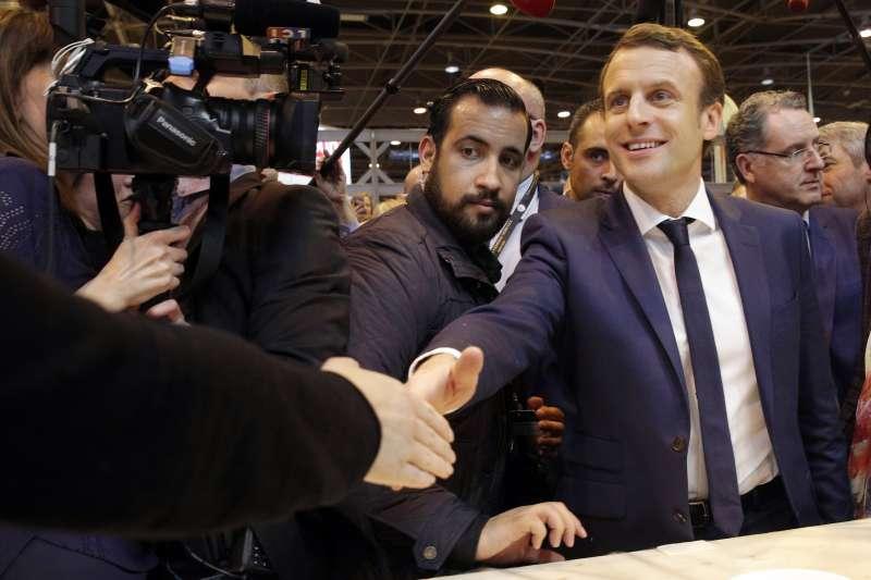 法國總統馬克宏重用貝納拉(圖左),在許多場合中都可以看到他。(美聯社)