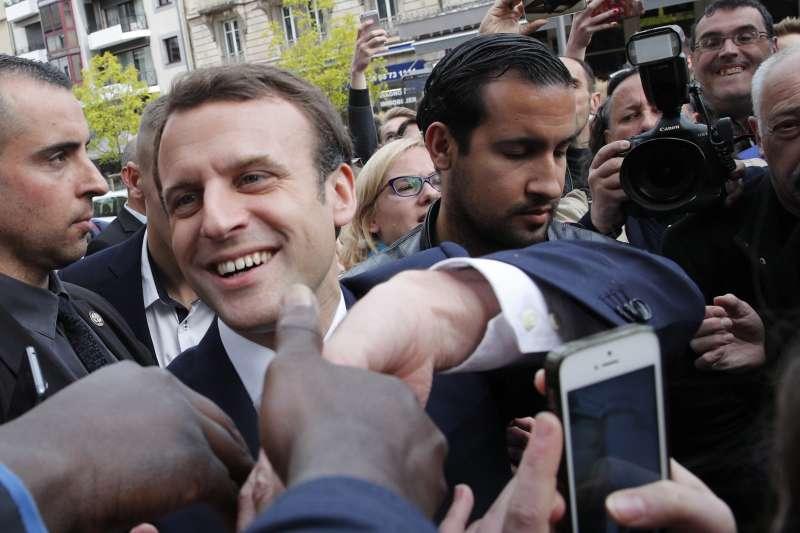 法國總統馬克宏重用貝納拉(圖右),在許多場合中都可以看到他。(美聯社)