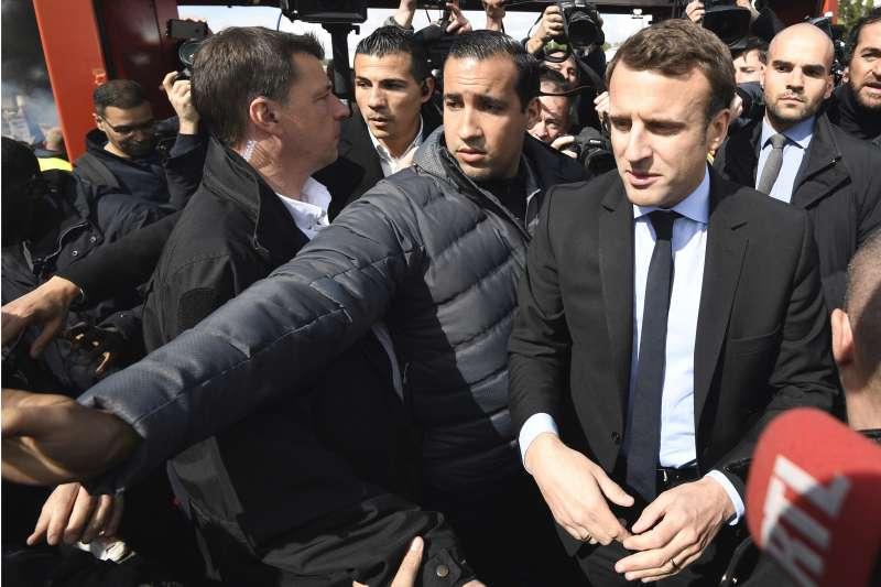 法國總統馬克宏重用貝納拉,在許多場合中都可以看到他。(美聯社)