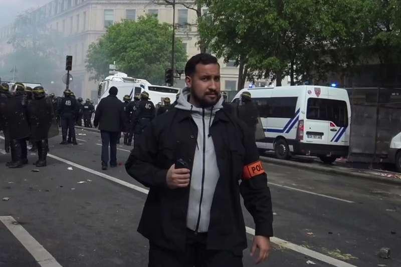 馬克宏的隨扈、26歲的貝納拉在巴黎勞動節示威活動中,違法濫權,痛毆示威民眾。(美聯社)