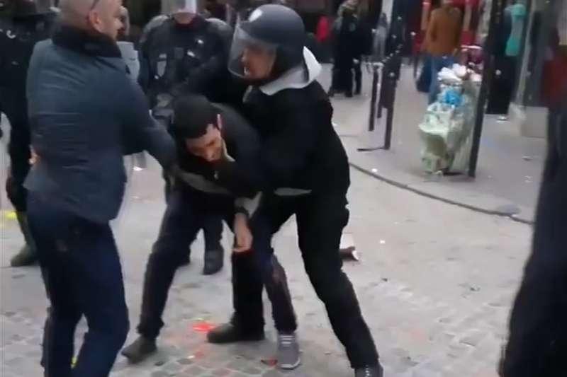 馬克宏的隨扈、26歲的貝納拉身穿運動服,在巴黎勞動節示威活動中違法濫權,痛毆示威民眾。(美聯社)