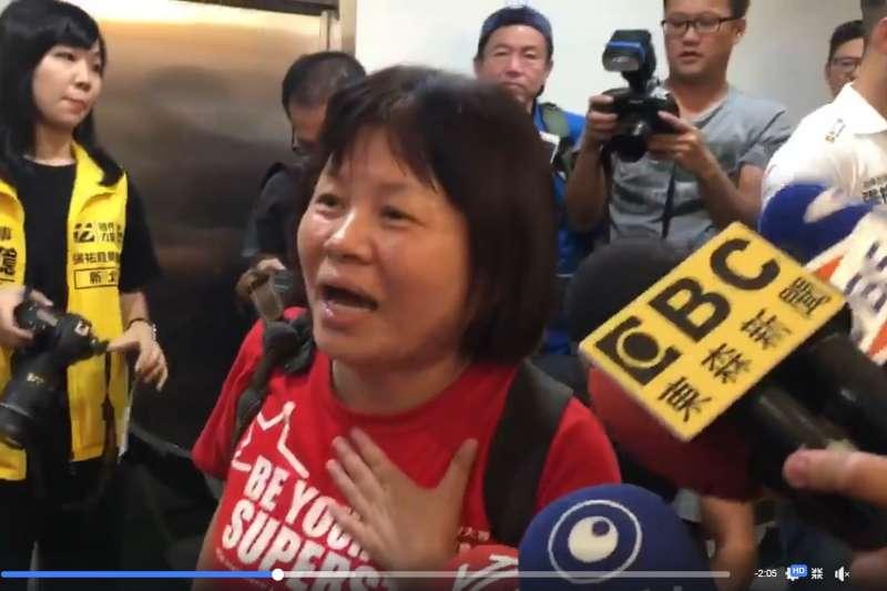 屏東縣議員蔣月惠爆紅反映的台灣政治怪現象。(張祐銓臉書)