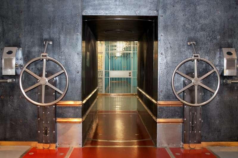 紐約聯邦準備銀行地下金庫唯一出入口是重140噸的鋼筋混凝土門框,內有高2.74公尺、重90噸的鋼柱,關閉時鋼柱把門封死,能完全隔絕空氣和水。(取自Federal Reserve Bank of New York)