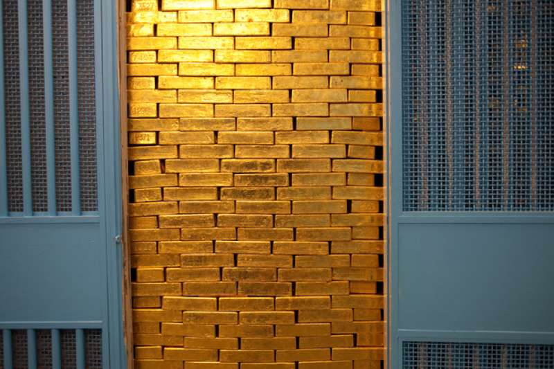 紐約聯邦準備銀行金庫內有118間小隔間,每間最多可存放約5000根金條,總值超過20億美元。門上註明隔間編號,並有2個轉盤密碼鎖和一個掛鎖。(取自Federal Reserve Bank of New York)