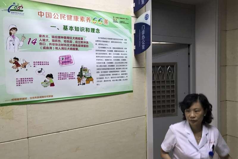 中國近來爆發生技公司生產疫苗涉嫌造假、效價不達標的嚴重公衛醜聞,人心惶惶(美聯社)
