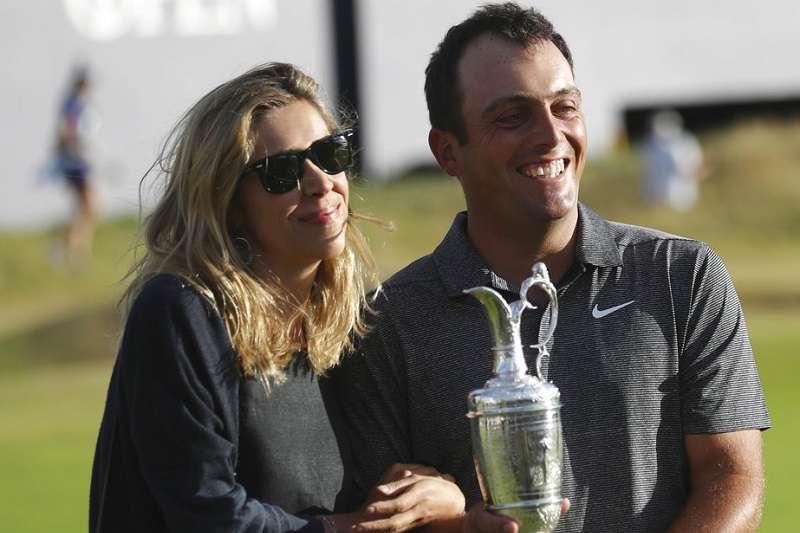 義大利莫里納瑞(右)與老婆一起與英國公開賽冠軍盃合照,這是莫里納瑞第一座大滿貫冠軍。(美聯社)