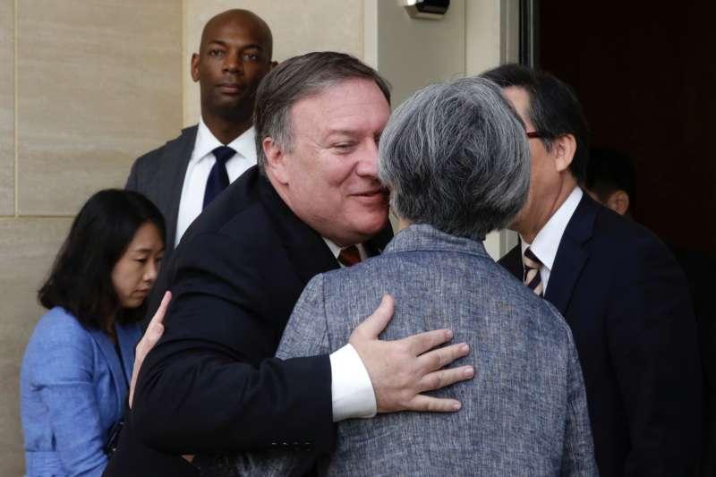 2018年7月20日,南韓外交部長康京和在紐約會晤美國國務卿龐畢歐(AP)