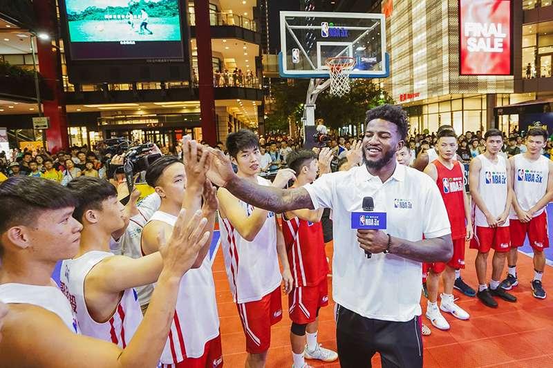 勇士新星貝爾參與國泰NBA 3X總冠軍戰,賽前特別和晉級隊伍進行信心喊話、擊掌打氣,期待大家都能使出渾身解數,盡力拚冠。(圖/主辦單位提供)