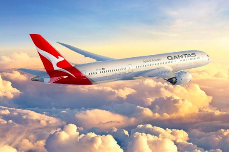 澳洲航空(QANTAS)靠著「飛行常客幾分計畫」,起死回生。(圖/截自QANTAS官網)