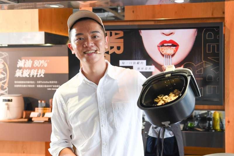 知名電視主廚Soac索艾克使用新一代飛利浦健康氣炸鍋進行料理展演。(圖/飛利浦提供)