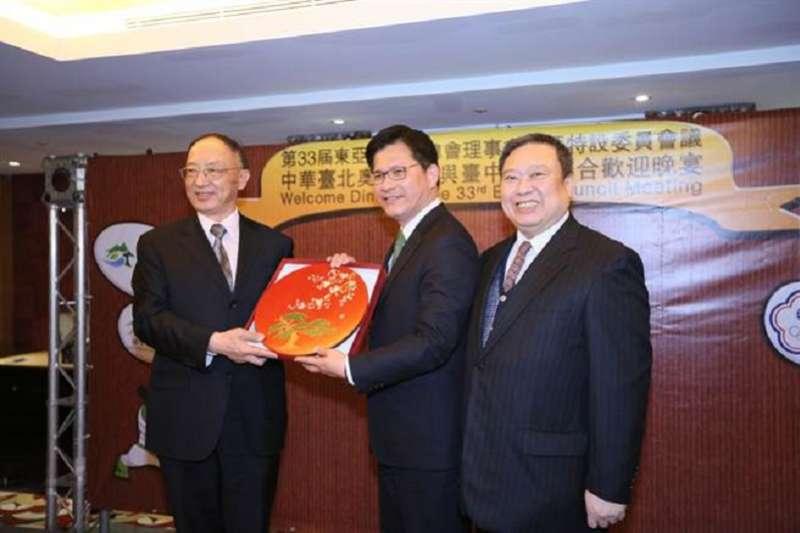 2016年劉鵬(左)來訪,召開第33屆東亞運動會總會(EAGA)理事會議,台中市長林佳龍宴請。(照片:台中市政府提供)