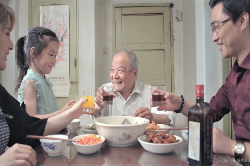 父親節只帶爸爸吃一頓大餐就太老套了!提供你一個更好的選擇。(圖/取自youtube)