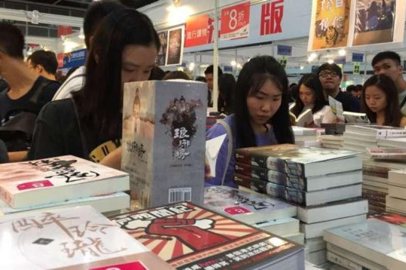 香港書展的入場人數2017年達到近百萬,2018年書展依然人潮洶湧。(BBC中文網)