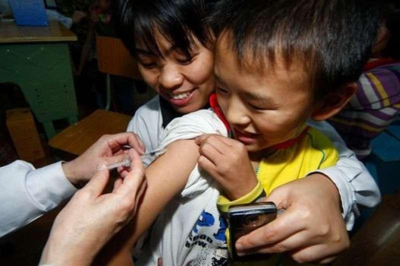 「疫苗門」成為社交媒體最熱詞匯不到48小時,中國總理李克強批示要求「盡早查清事實真相」。(BBC中文網)