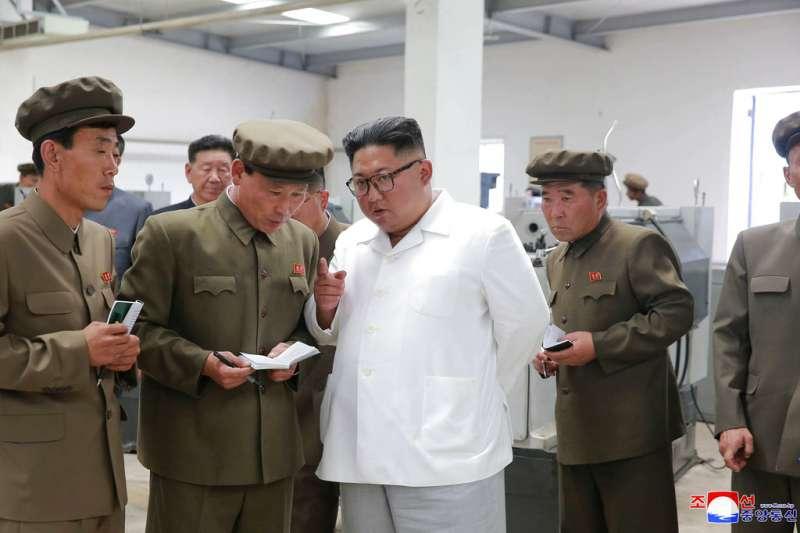 北韓朝中社2018年7月17日公布畫面,金正恩探視一家機械工廠。(美聯社)