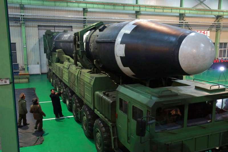 北韓朝中社2017年11月29日公布畫面,金正恩檢視「火星15」型洲際飛彈的研發。(美聯社)
