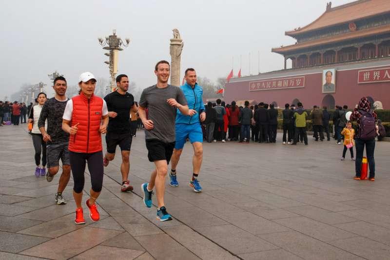 臉書創辦人祖克柏2016年曾在霧霾侵襲之際,在中國天安門慢跑。(Mark Zuckerberg / Facebook)