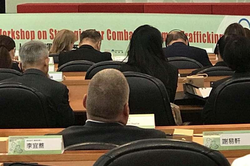 20180725-移民署今(25)日舉行防制人口販運工作坊,現場設有綠色和平成員李宜蕎、謝易軒等人的座位卡,但因為綠色和平成員被擋在場外,座位空盪盪。(林立青提供)