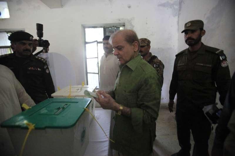 巴基斯坦大選:執政黨黨魁夏巴茲投票(AP)