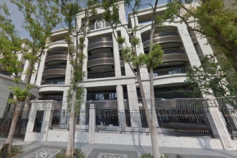 根據最新實價登錄顯示,士林官邸特區豪宅「天子」,今年四月出現一筆4樓交易,扣除車位每坪單價132.8萬,創該社區目前揭露紀錄中最低價。(翻攝ˋ自Google Map)
