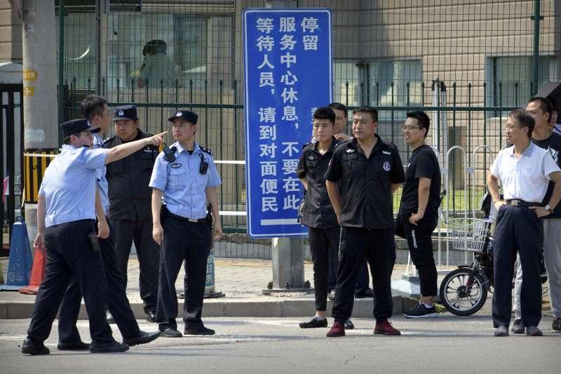 美國駐中國大使館外發生爆炸案,發生原因目前有多種說法(AP)