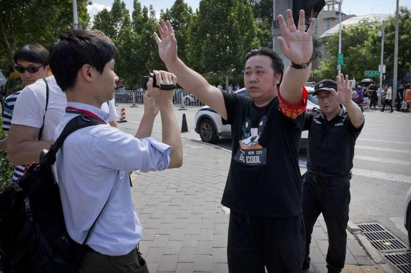美國駐中國大使館外發生爆炸案,中國官方人員阻止媒體拍攝(AP)