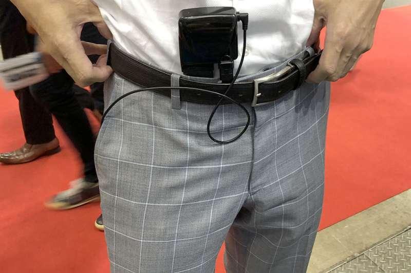 時常推出異想天開商品的日本人,最近就展現他們的創(ㄋㄠˇ)意(ㄉㄨㄥˋ),推出一解下體悶熱的褲管風扇。(圖/翻攝自ねとらぼ,智慧機器人網提供)