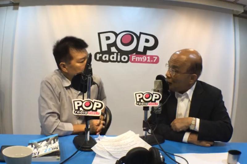 民進黨新北市長參選人蘇貞昌(右)昨接受電台專訪,表示希望讓新北市能脫離現在的後段班。(取自臉書「POP Radio台北流行廣播電台」)
