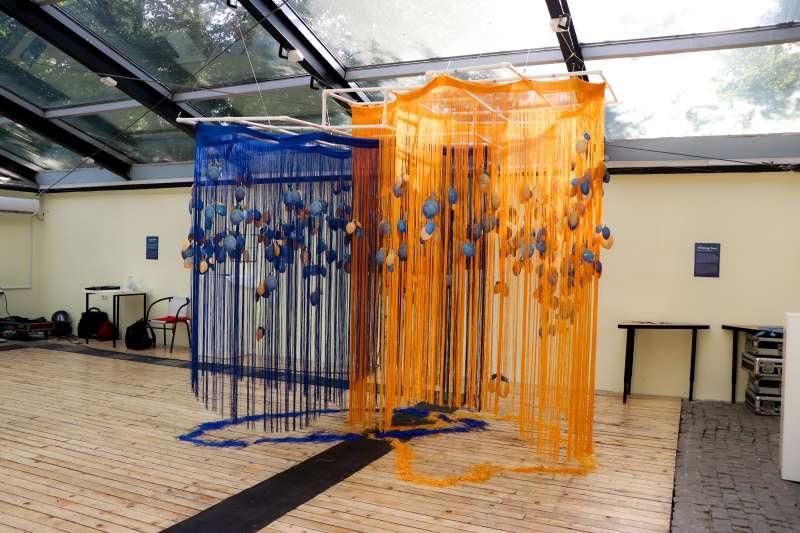 科索沃未來展:台灣社會企業「點點善」設計製作的許願樹,底下是繩鬚拼成的台灣與科索沃地圖(林浩翔、侯思妤提供)