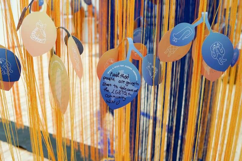 科索沃未來展:台灣社會企業「點點善」設計製作的許願樹,留言用的「葉子」上有台灣憨兒畫的小插圖(林浩翔、侯思妤提供)