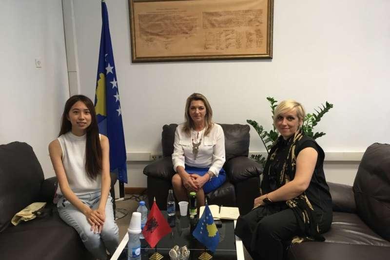 科索沃未來展:策展人郭家佑與科索沃文化部次長巴基亞-戴瓦(中)會面(郭家佑提供)